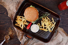 Hamburger delizioso servito Fotografie Stock Libere da Diritti