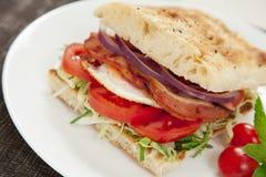 Hamburger dell'uovo e del bacon fotografie stock libere da diritti