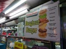 Hamburger della ciambella da vendere ad una fiera della contea, U.S.A. immagini stock