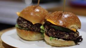 Hamburger della verdura sul bordo archivi video
