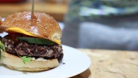 Hamburger della verdura sul bordo stock footage