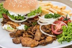 Hamburger di kebab con le schegge su legno fotografia stock