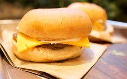 Hamburger di recente cucinati sul cassetto Immagine Stock Libera da Diritti