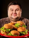 Hamburger die de Vette mens eten die van de snel voedselwedstrijd snel voedsel eten royalty-vrije stock foto's