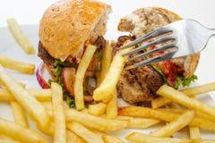Hamburger divisé en deux images stock