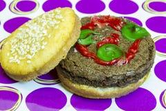 Hamburger do impostor da sobremesa no bolo da semente de sésamo com salmouras e k Fotografia de Stock