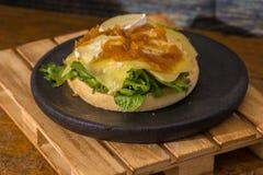 Hamburger do vegetariano com queijo e ketchup na placa de madeira preta imagens de stock