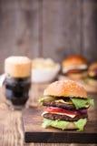 Hamburger e birra Fotografie Stock Libere da Diritti