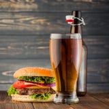 Hamburger e birra fotografie stock