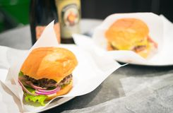 Hamburger e birra su una tavola Fotografia Stock Libera da Diritti