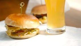 Hamburger e cerveja no café moderno vídeos de arquivo