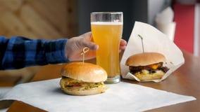 Hamburger e cerveja no café moderno video estoque