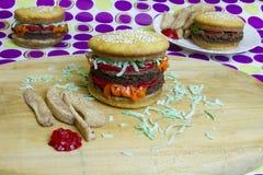 Hamburger e cheeseburgers do impostor da sobremesa com fritadas Fotos de Stock