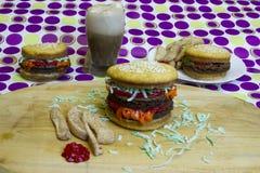 Hamburger e cheeseburgers do impostor da sobremesa com fritadas e raiz Fotos de Stock