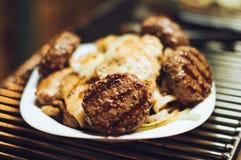 Hamburger e faixa grelhados da galinha em uma placa Imagens de Stock Royalty Free