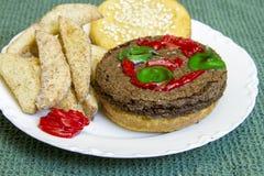 Hamburger e fritadas do impostor da sobremesa na placa da porcelana Foto de Stock