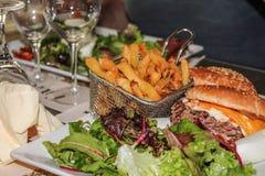 Hamburger e frites francesi Fotografia Stock