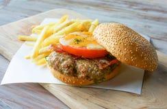Hamburger e fuochi Fotografia Stock Libera da Diritti