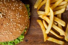 Hamburger e patate fritte americani su un bordo di legno Foto dalla cima Fotografia Stock