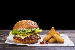 Hamburger e patate fritte del manzo del mestiere Fotografia Stock Libera da Diritti