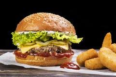 Hamburger e patate fritte del manzo del mestiere Immagine Stock Libera da Diritti