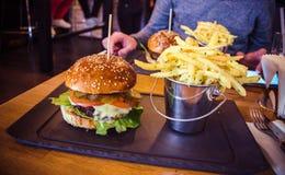 Hamburger e patate fritte di Vivo Fotografia Stock Libera da Diritti