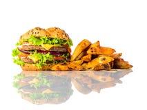 Hamburger e patate fritte su fondo bianco Fotografia Stock