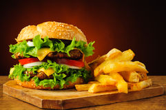 Hamburger e patate fritte tradizionali Fotografia Stock Libera da Diritti