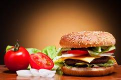 Hamburger e vegetais Fotografia de Stock