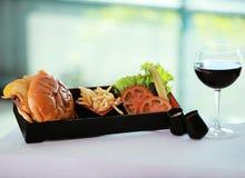 Hamburger e vino Fotografie Stock