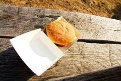 Hamburger in een doos Stock Foto