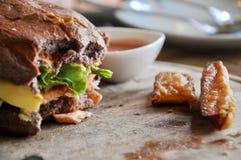 hamburger in een restaurant Hamburger, rundvlees en groenten aan beet  royalty-vrije stock afbeeldingen