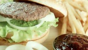 Hamburger ein Sandwich briet Pommes-Frites auf einer Tabelle stock video