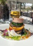 Hamburger em alguns vegetais Fotos de Stock Royalty Free