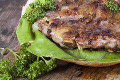 Hamburger em um bolo com close up da alface Imagens de Stock Royalty Free