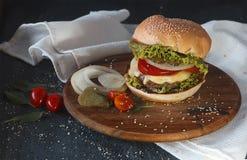 Hamburger em um suporte de madeira Fotos de Stock