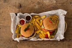 Hamburger em uma bandeja de madeira fotos de stock