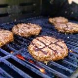 Hamburger em uma grade Fotos de Stock Royalty Free
