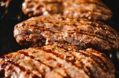 Hamburger em uma grade imagens de stock