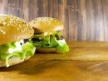 Hamburger em uma placa de madeira Imagens de Stock