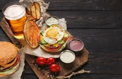 Hamburger en aardappels met bier bij restaurant wordt gediend dat stock foto