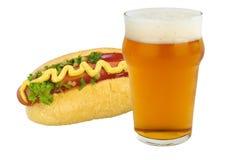 Hamburger en bier op witte Hotdog als achtergrond en bier op een witte achtergrond Stock Afbeelding
