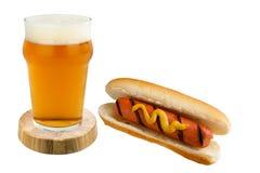 Hamburger en bier op witte Hotdog als achtergrond en bier op een witte achtergrond Royalty-vrije Stock Foto