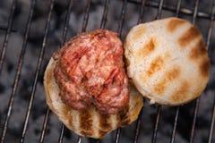 Hamburger en Broodjes die op Brand roosteren Eigengemaakte hamburgers Stock Foto's