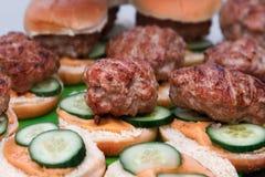 Hamburger en Broodjes die op Brand roosteren Eigengemaakte hamburgers Royalty-vrije Stock Afbeelding