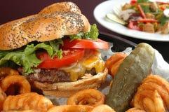 Hamburger en een salade stock afbeeldingen