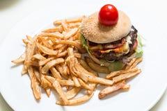 Hamburger en frieten royalty-vrije stock foto's