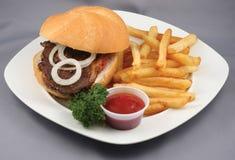 Hamburger en gebraden gerechtencombo Stock Foto's
