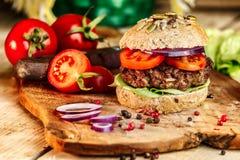 Hamburger en Geheel Tarwebrood Stock Afbeelding