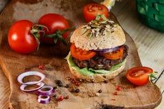 Hamburger en Geheel Tarwebrood Royalty-vrije Stock Afbeeldingen